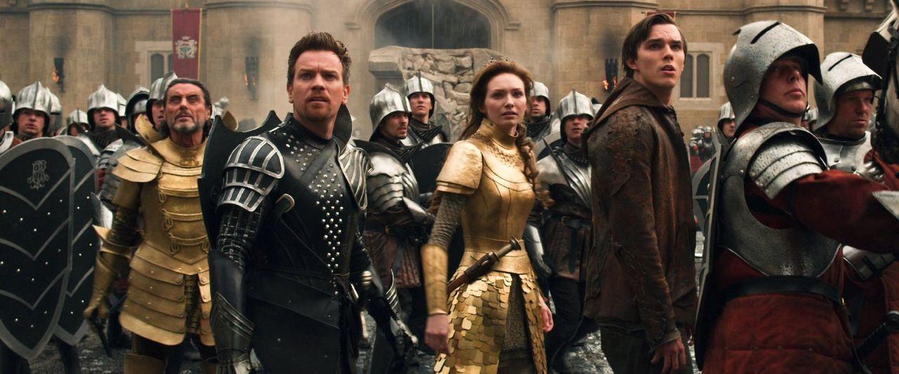 Jack (Nicholas Hoult, 3.v.r.), Prinzessin Isabelle (Eleanor Tomlinson, 3.v.l.), Elmont (Ewan McGregor, 2.v.l.), König Brahmwell (Ian McShane, l.) un... - Bildquelle: Warner Brothers