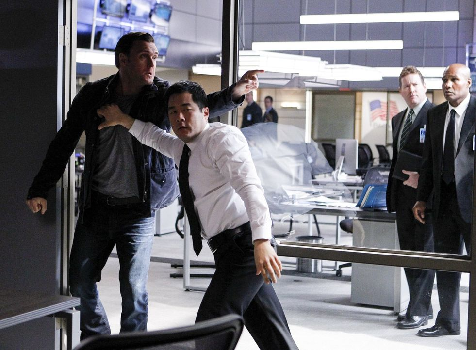 Es gelingt Cho (Tim Kang, vorne r.) kaum, Rigsby (Owain Yeoman, l.) zurückzuhalten, als er den wahrscheinlichen Entführer von Grace und Mörder von L... - Bildquelle: Warner Bros. Television