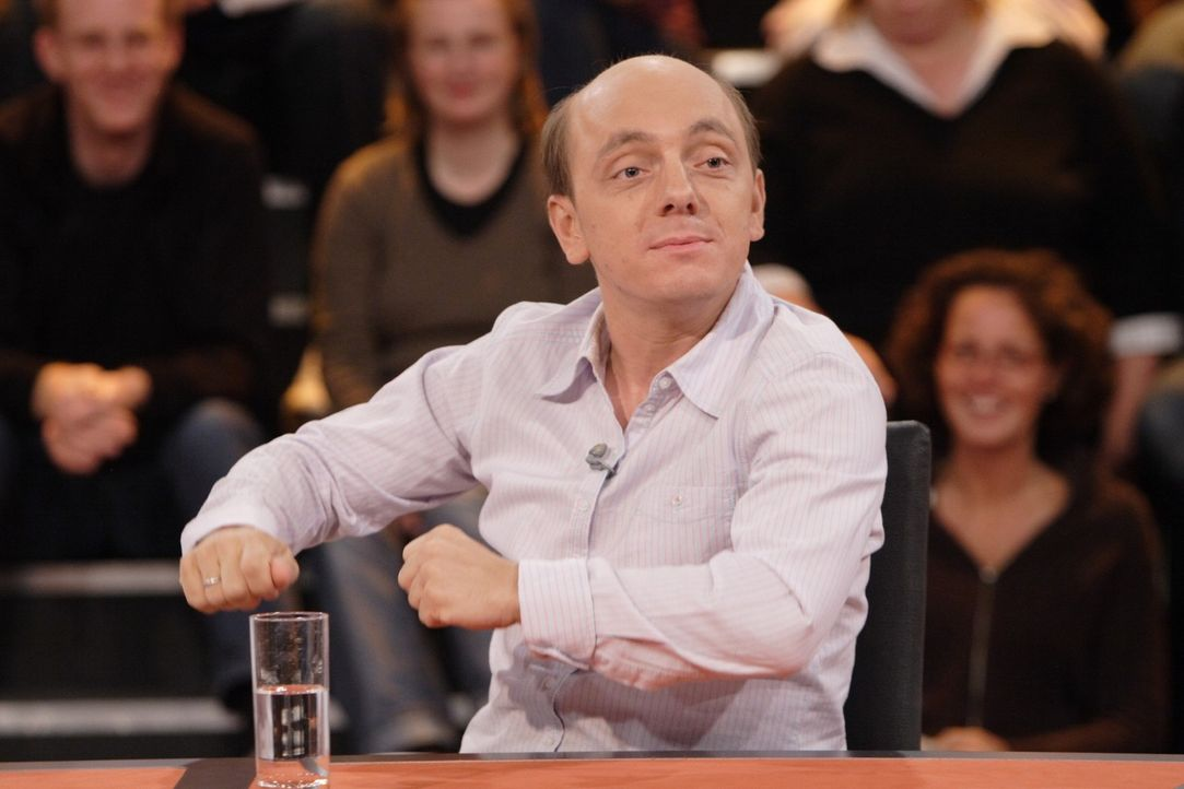 """Bernhard Hoëcker ist auch in dieser Folge wieder Teil des """"Rate-Teams"""" ... - Bildquelle: Sat.1"""