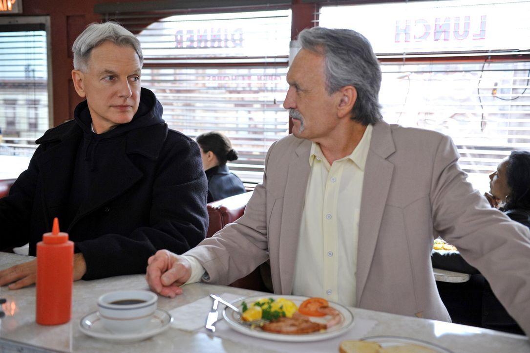 Was wäre wenn...: Gibbs (Mark Harmon, l.) und Mike Franks (Muse Watson, r.) - Bildquelle: CBS Television