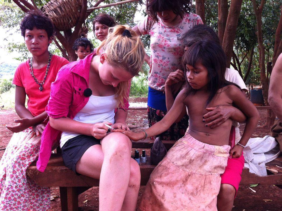Die 16-jährige Sina (2.v.l.) lackiert den Mädchen die Fingernägel ... - Bildquelle: kabel eins