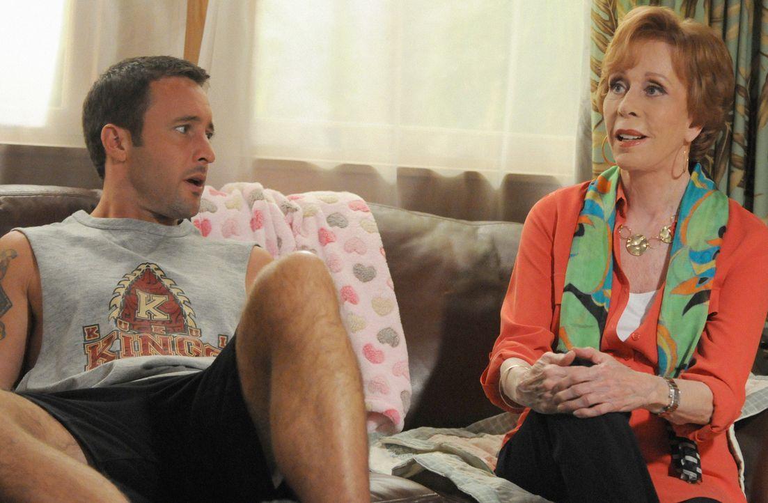Bei den Ermittlungen in einem neuen Mordfall, bekommt Steve (Alex O'Loughlin, l.) überraschend Besuch von seiner Tante Deb (Carol Burnett, r.), die... - Bildquelle: 2013 CBS BROADCASTING INC. All Rights Reserved.