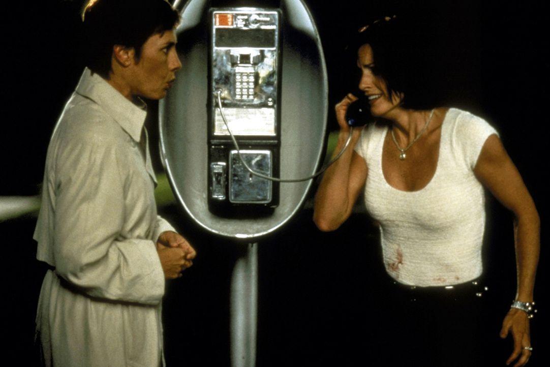 Auch sie werden von dem Irrsinn des Mörders in den Bann gezogen: die Journalistinnen Gale Weathers (Courteney Cox, r.) und Debbie Salt (Laurie Metca... - Bildquelle: Kinowelt Filmverleih GmbH 1997