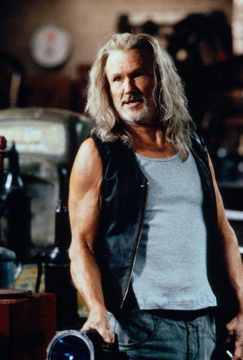 Professor Abraham Whistler (Kris Kristofferson) hat ein Serum für den unglücklichen Blade entwickelt. Doch die schädlichen Dosierungen werden immer... - Bildquelle: Warner Bros.