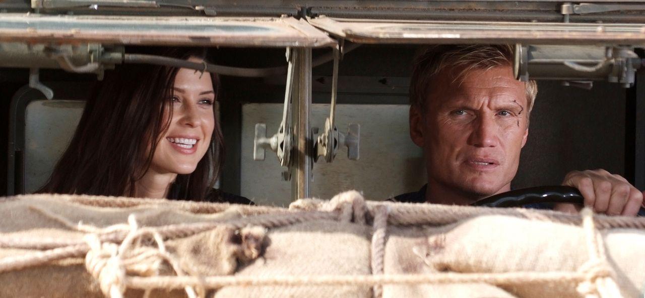 Der amerikanische Ex-Special-Forces-Agent Mike Riggins (Dolph Lundgren, r.) soll die von Paramilitärs auf dem Balkan entführte Ana Gale (Gina May, l... - Bildquelle: Nu Image