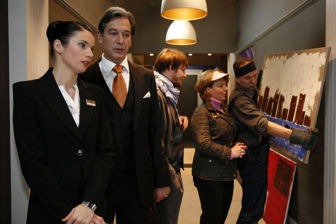 Gina (Elisabeth Sutterlüty, l.) will sich profilieren, um Kosten zu sparen, doch Julius (Günter Barton, 2.v.l.) ist darüber äußerst verärgert... - Bildquelle: SAT.1
