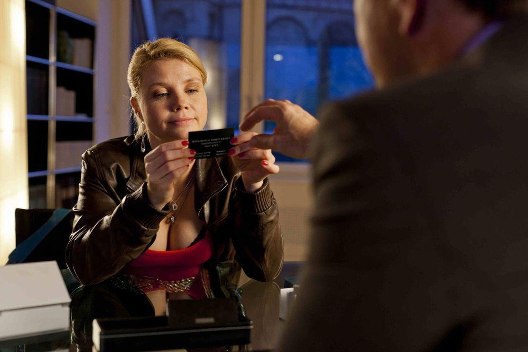 Danni (Annette Frier, l.) hätte gerne ihre eigene Visitenkarte, doch wird ihr Oliver (Jan Sosniok, r.) diesen Wunsch erfüllen? - Bildquelle: Frank Dicks SAT.1