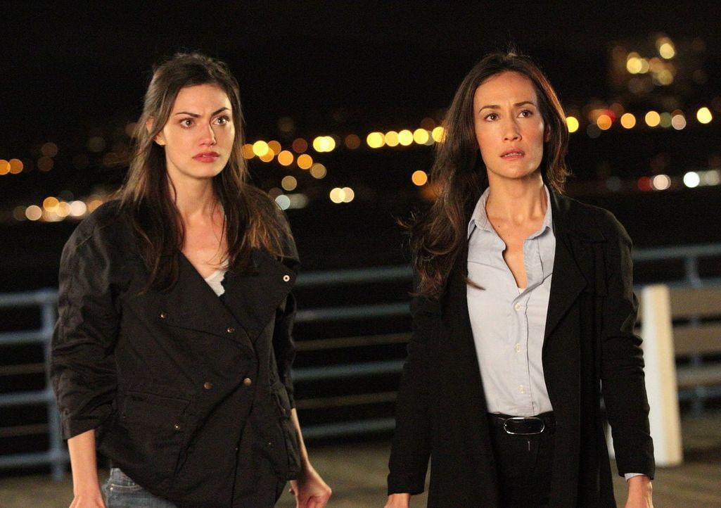 Als Rettungsschwimmerin Nicole (Phoebe Tonkin, l.) Ziel eines gefährlichen Stalkers wird, beginnt Beth (Maggie Q, r.) gemeinsam mit ihren Kollegen m... - Bildquelle: Warner Bros. Entertainment, Inc.