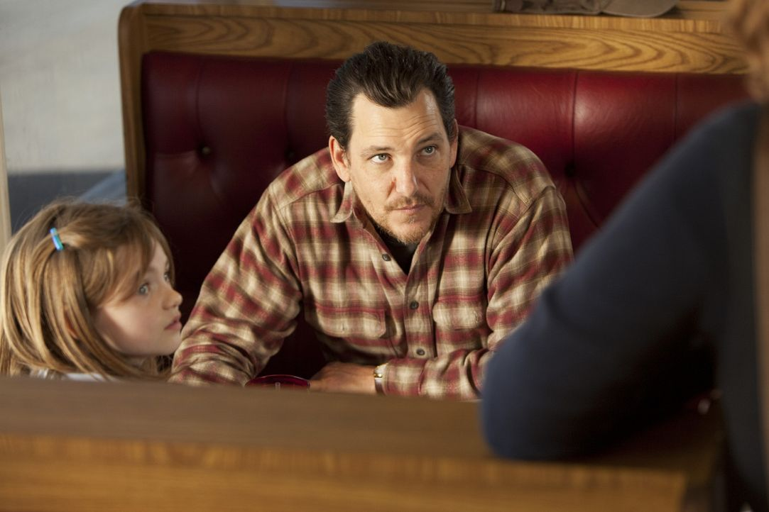 Wade Hatchett (Bradford Tatum, r.) kidnappt immer wieder Frauen, um für seine Tochter Jody (Morgan Lily, l.), die bei einer Pflegefamilie lebt, ein... - Bildquelle: Touchstone Television