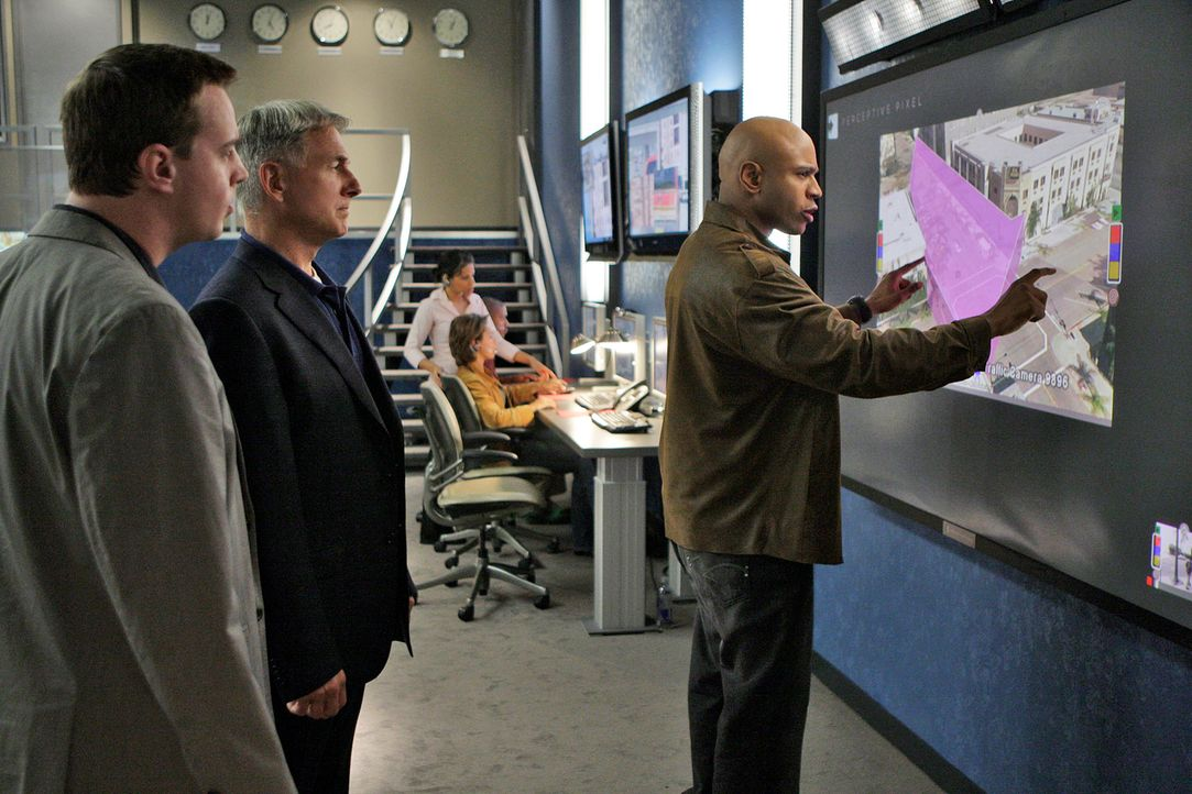 Gemeinsam versuchen sie einen Fall zu lösen: Special Agent Sam Hanna (LL Cool J, r.), Gibbs (Mark Harmon, M) und McGee (Sean Murray, l.) ... - Bildquelle: CBS Television