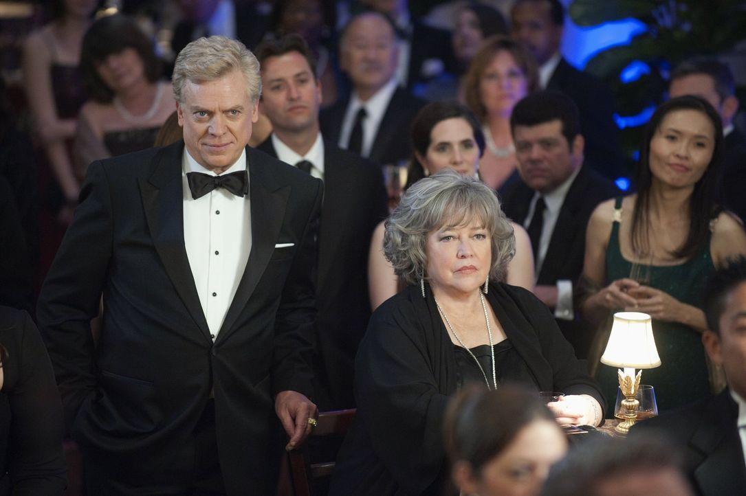 Nehmen an der Gala der Anwaltskammer teil: Harry (Kathy Bates, vorne r.) und Tommy (Christopher McDonald, vorne l.) ... - Bildquelle: Warner Bros. Television