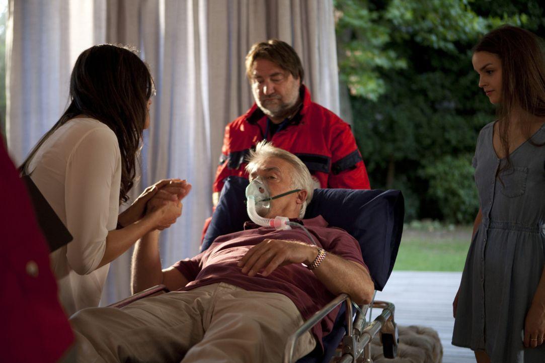 Katrin (Bettina Zimmermann, l.) und Mia (Luise Befort, r.) ahnen nicht, dass Michael (Christoph M. Ohrt, M.) um jeden Preis die Familie zurückhaben... - Bildquelle: Charlie Sperring SAT.1