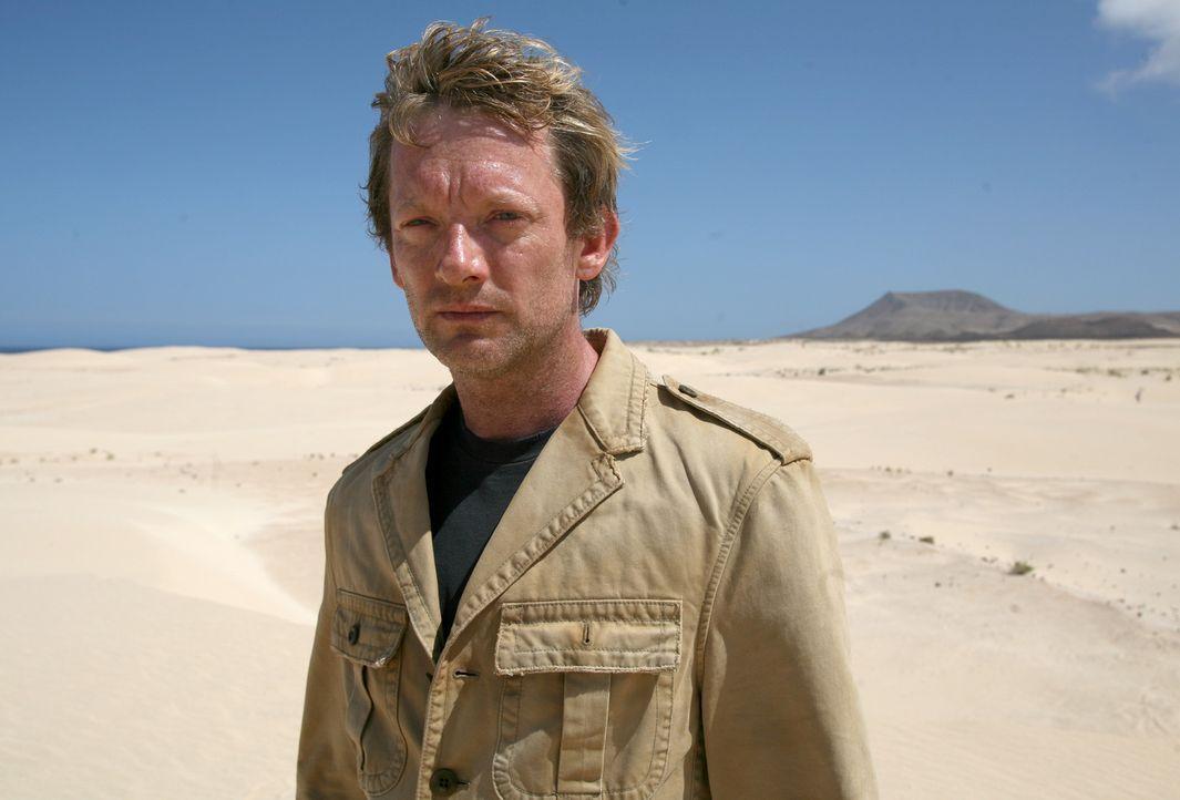 Nimmt den Kampf gegen die grässlichen Urzeitmonster auf: Cutter (Douglas Henshall) ... - Bildquelle: ITV Plc