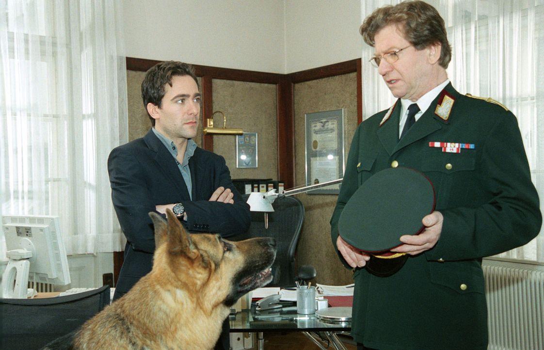 Rex wird, weil er unter Mordverdacht steht, von Dr. Wehner (Erwin Ebenbauer, r.) von Dienst suspendiert. Kommissar Hoffmann (Alexander Pschill, l.)... - Bildquelle: Sat.1