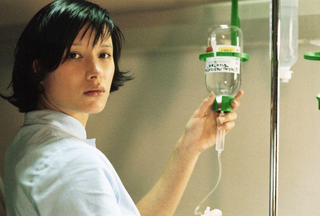 Gut oder Böse? Die philippinische Krankenschwester Lee (Rosie Alvarez, r.) - Bildquelle: 2004 Sony Pictures Television International. All Rights Reserved.