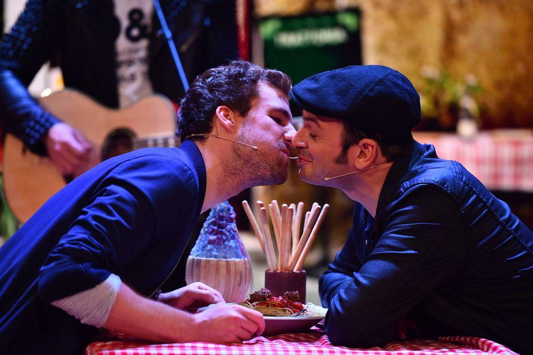 Luke (l.) und Kaya (r.) wissen, was an einem echt italienischen Abend auf keinen Fall fehlen darf: Spaghetti, Vino und ganz viel Amore! - Bildquelle: Willi Weber SAT.1