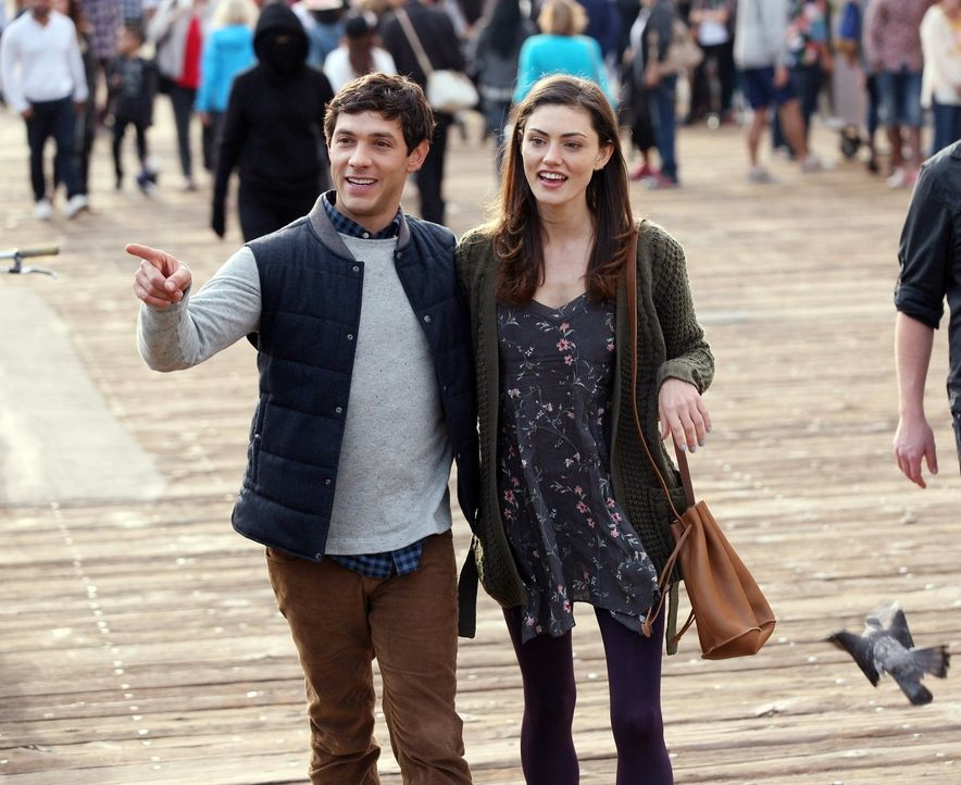 Durch einen Stalker wird ihr Leben komplett auf den Kopf gestellt: Nicole (Phoebe Tonkin, r.) und Dave (Michael Rady, l.) ... - Bildquelle: Warner Bros. Entertainment, Inc.