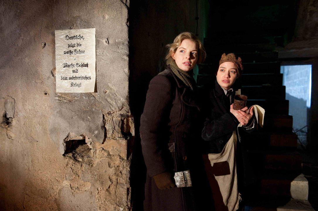 Als Ellen (Yvonne Catterfeld, l.) und ihre Freundin Gertrud (Jytte-Merle Böhrnsen, r.) eine ihrer abendlichen, illegalen Plakatierungsaktionen nachg... - Bildquelle: SAT.1