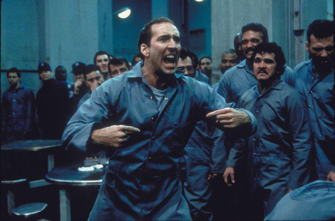 Der Tag der Entlassung naht, doch zum vereinbarten Zeitpunkt steht FBI-Agent Sean Archer (Nicolas Cage, l.) nicht dem Polizisten, der ihn wieder aus... - Bildquelle: Touchstone Pictures