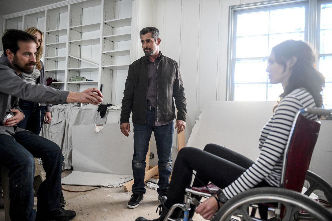 Kensi (Daniela Ruah, r.) wird immer noch von Sullivan (Kurt Yaeger, l.) festgehalten, der sich an dem NCIS rächen möchte. Doch werden es ihre Kolleg... - Bildquelle: Ron Jaffe 2017 CBS Broadcasting, Inc. All Rights Reserved.