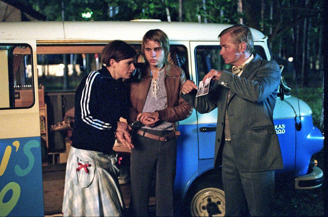 Als Jenny (Mira Bartuschek, l.) und Frank (Constantin von Jascheroff, M.) in die Fänge der Stasi (Horst Kotterba, r.) geraten, scheint alles aus und... - Bildquelle: Sat.1