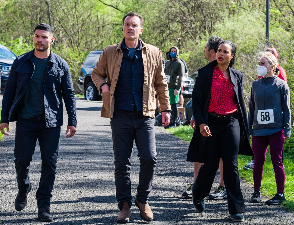 (v.l.n.r.) Ivan Ortiz (Miguel Gomez); Jess LaCroix (Julian McMahon); Sheryll Barnes (Roxy Sternberg) - Bildquelle: Mark Schafer 2020 CBS Broadcasting Inc. All Rights Reserved. / Mark Schafer