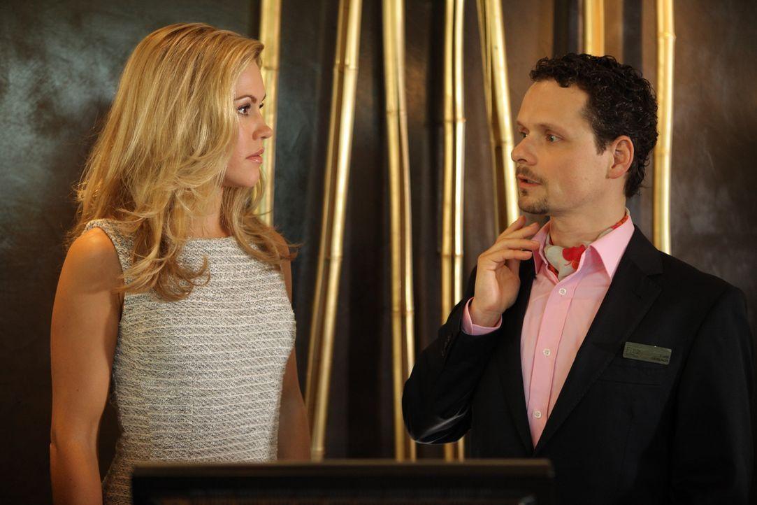 Weiß seine Chefin, Hotelmanagerin Jessica Grashoff (Wolke Hegenbarth, l.), zu schätzen: der stets korrekte und absolut loyale Empfangschef des Hau... - Bildquelle: Petro Domenigg SAT.1