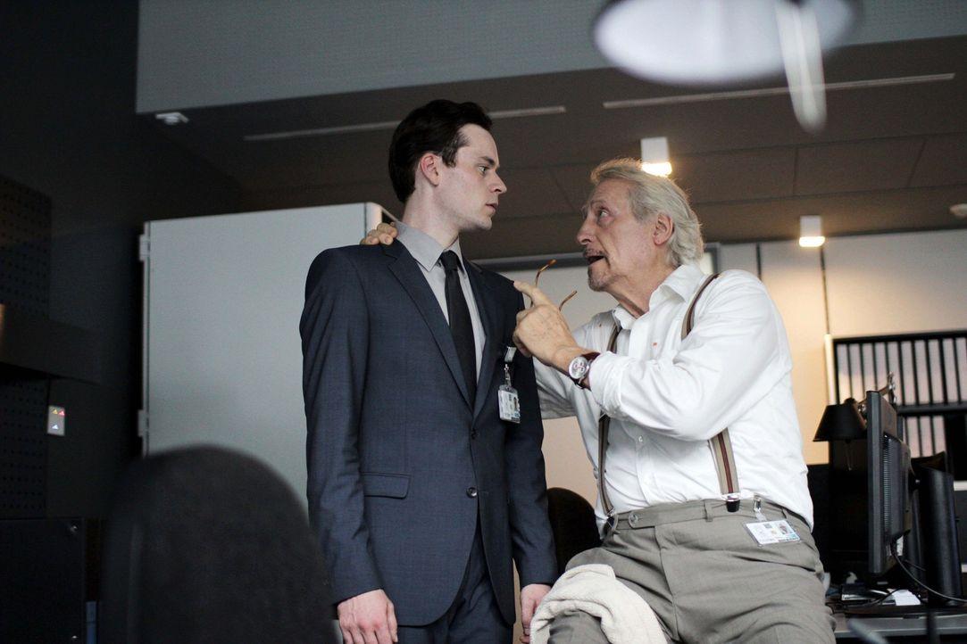 Mit seinem Kollegen Schilinsky (Reiner Schöne, r.) verbindet Simon (Florian Bartholomäi, l.) weit mehr als nur kollegiale Gefühle. Der ehemalige BND... - Bildquelle: Jan Haering SAT.1