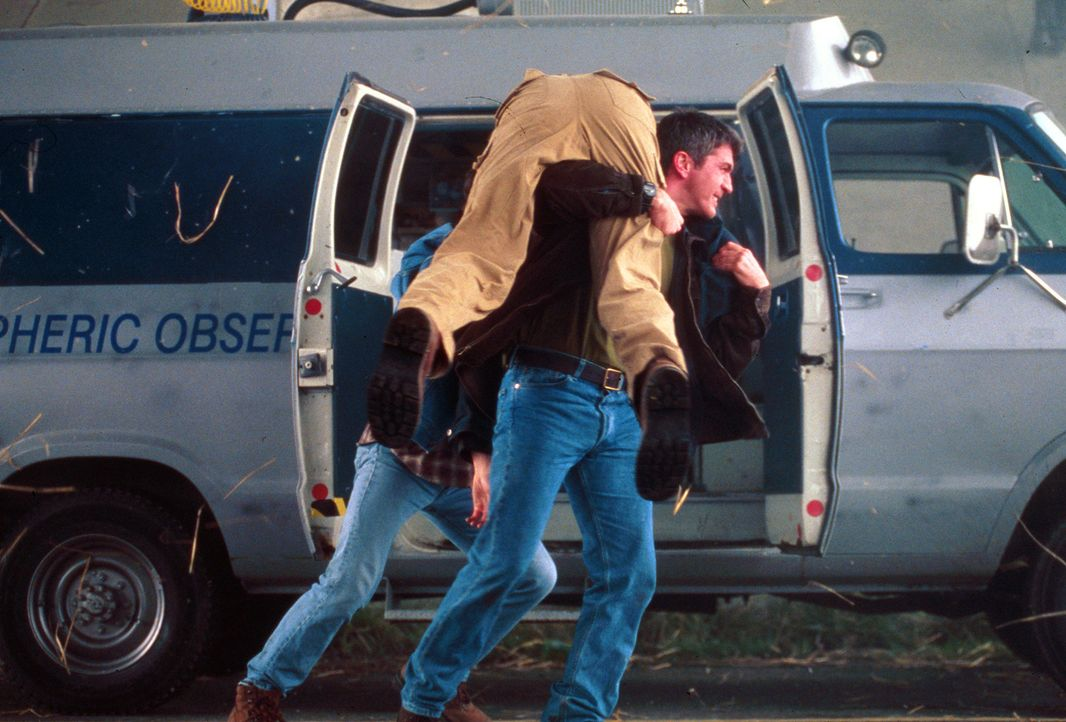 Erst als es zu spät ist, schenken die Bürger der Stadt Petes (Joe Lando, r.) Berechnungen Glauben ... - Bildquelle: Cinetel Films Inc.