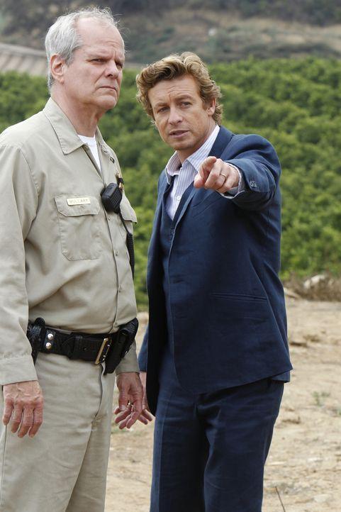 Versuchen einen neuen Mordfall zu lösen: Sheriff Mullery (Chris Ellis, l.) und Patrick (Simon Baker, r.) ... - Bildquelle: Warner Bros. Television