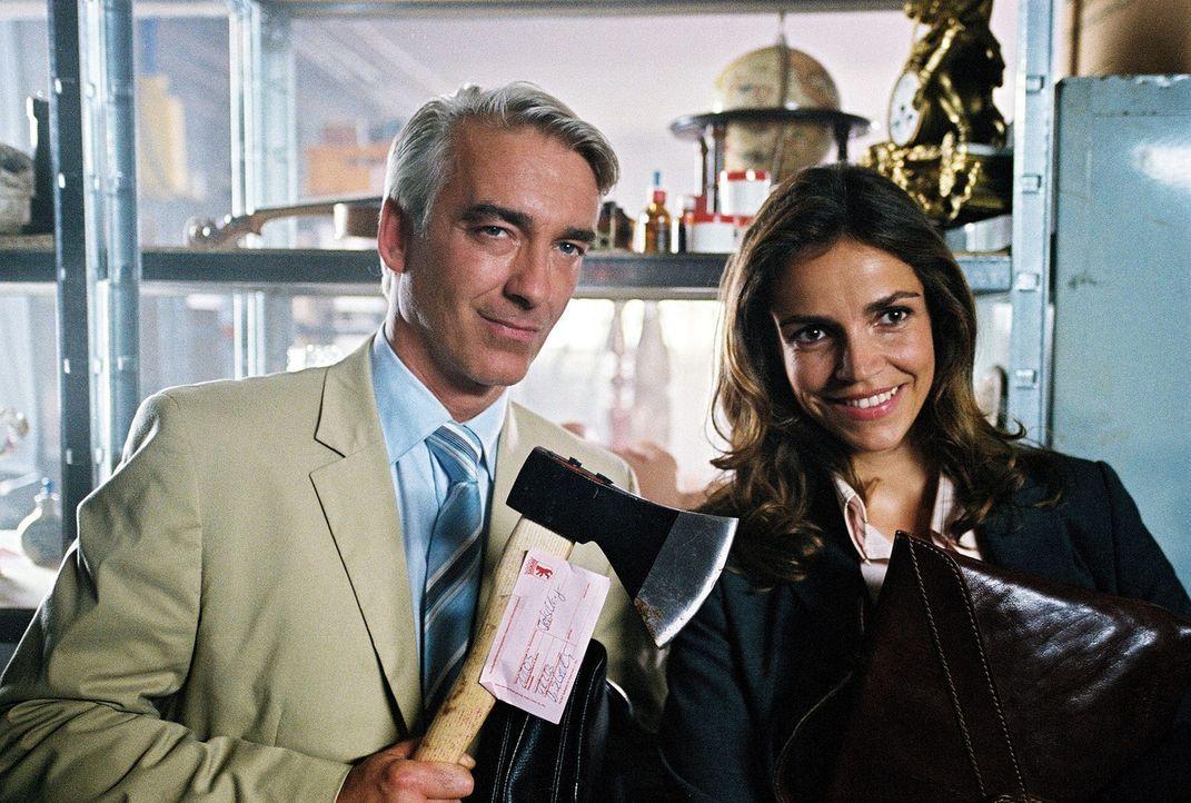 Auch Sandra (Rebecca Immanuel, r.) und Felix (Christoph M. Ohrt, l.) möchten unbedingt das magische Bett sehen. Zufällig treffen sie sich in der L... - Bildquelle: Sat.1