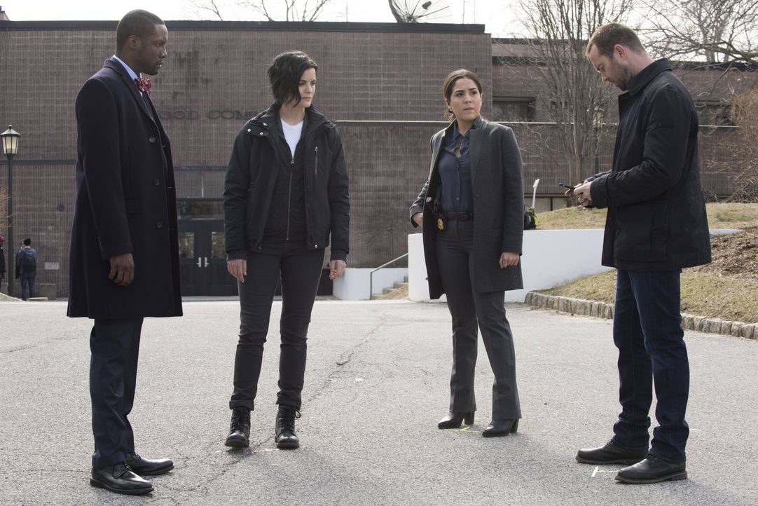 Während die FBI-Agenten Weller (Sullivan Stapleton, r.), Zapata (Audrey Esparza, 2.v.r.), Reade (Rob Brown, l.) und Jane (Jaimie Alexander, 2.v.l.)... - Bildquelle: Warner Brothers