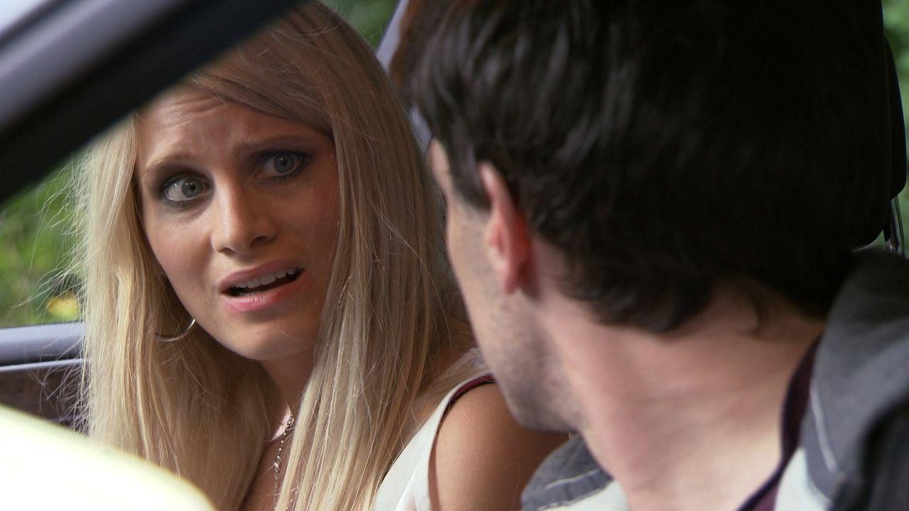 Als schließlich die hübsche Studentin Finya (l.) den Fahrpreis nicht bezahlen kann, fasst Manuel (r.) einen fatalen Entschluss und bringt damit ni... - Bildquelle: SAT.1