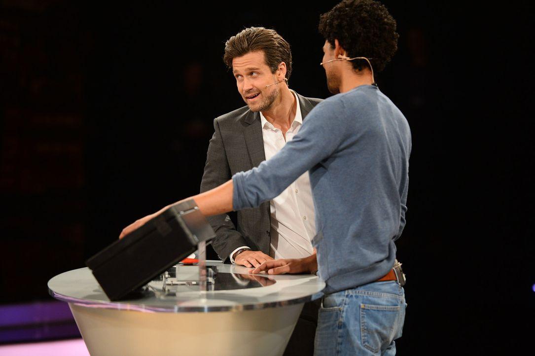 """20 Boxen und die Möglichkeit, 250.000 Euro mit nach Hause zu nehmen - für den Kandidaten Christoph (r.) heißt es """"Deal or no Deal""""! Doch während Mod... - Bildquelle: Willi Weber SAT.1"""