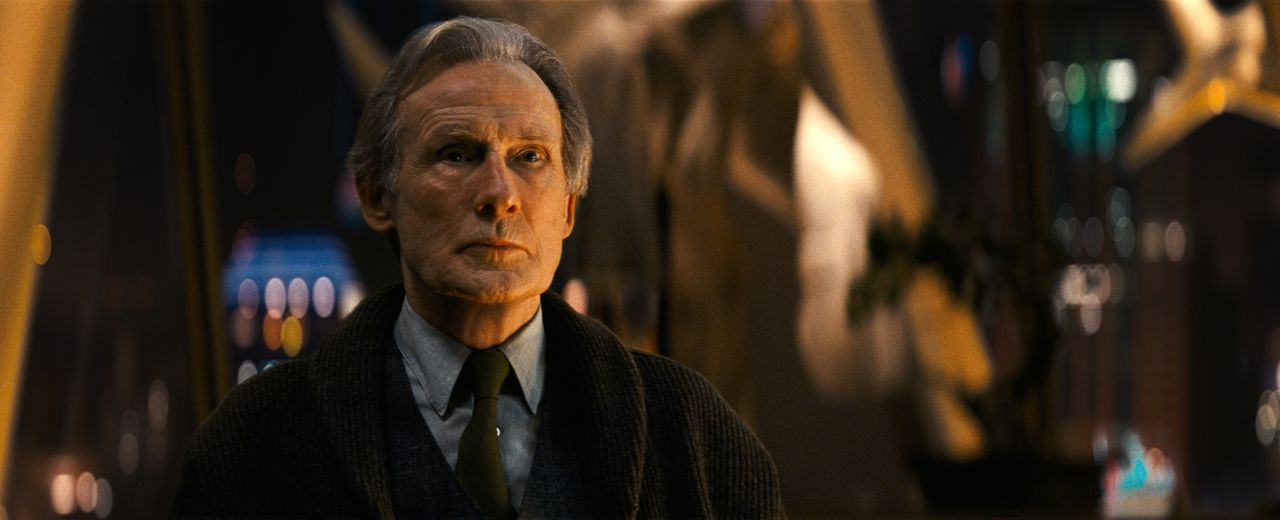 Howard Clifford (Bill Nighy) - Bildquelle: Giles Keyte 2018 Legendary and Warner Bros. Entertainment Inc. All Rights Reserved. / Giles Keyte