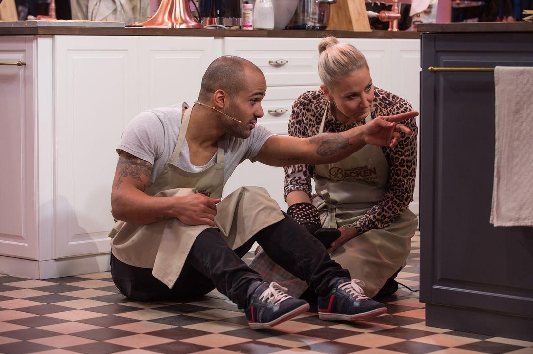 Können Janine Kunze (r.) und David Odonkor (l.) mit ihren Backkünsten beeindrucken? - Bildquelle: Claudius Pflug SAT.1