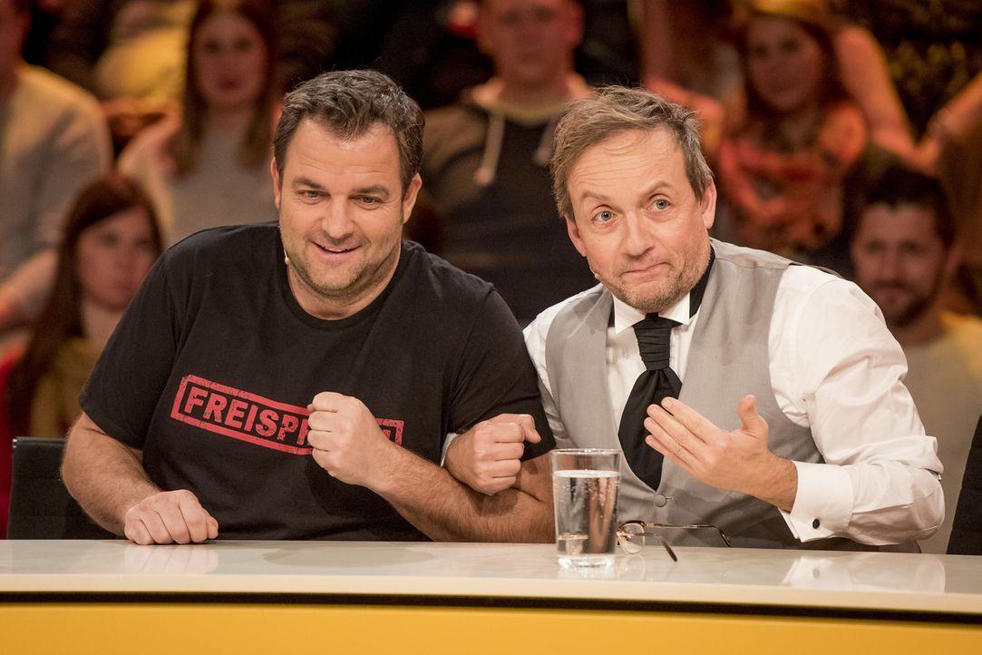 Ein eingeschweißtes Team: Martin Rütter (l.) und Wigald Boning (r.) lassen nicht locker und suchen nach der genialen Antwort auf die Zuschauerfragen... - Bildquelle: Martin Rottenkolber SAT.1
