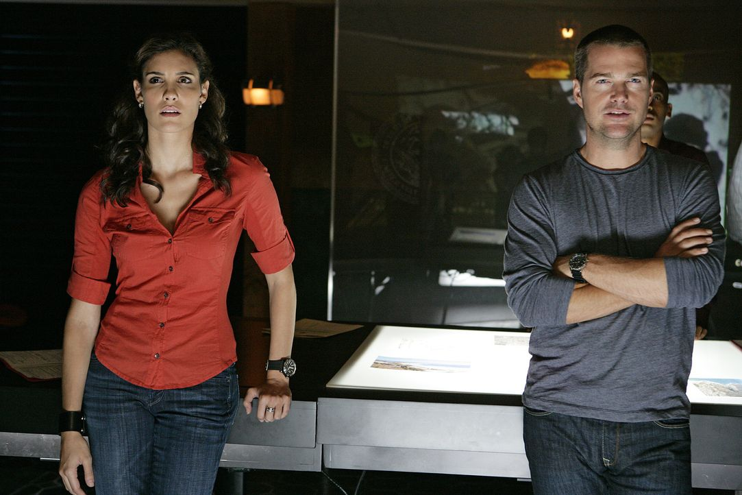Machen sich mit ihrem neuen Fall vertraut: Special Agent Kensi Blye (Daniella Ruah, l.) und Special Agent  Callen (Chris O'Donnell, r.) ... - Bildquelle: CBS Studios Inc. All Rights Reserved.