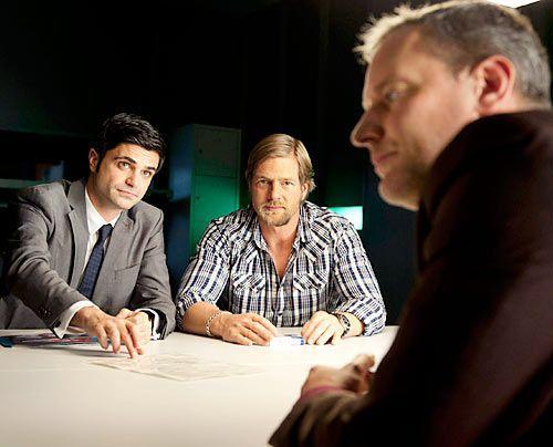 Haben einen Verdächtigen (Wolfgang Wagner, r.): Mick (Henning Baum, M.) und Andreas (Maximilian Grill, l.) ermitteln in einem verzwickten Fall. - Bildquelle: Martin Rottenkolber - Sat1