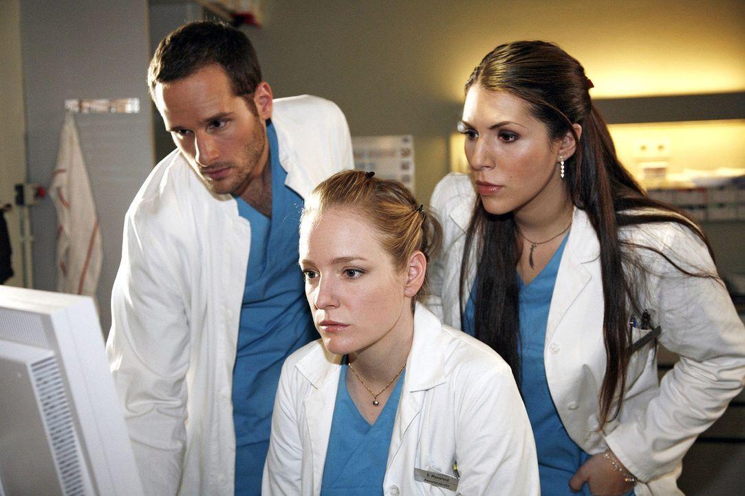 Jens (Lee Rychter, l.) Hülya (Eva-Maria Reichert, r.) und Doris (Sarah Becker, M.) sind fieberhaft auf der Suche nach der Diagnose für einen an Ep... - Bildquelle: Mosch Sat.1