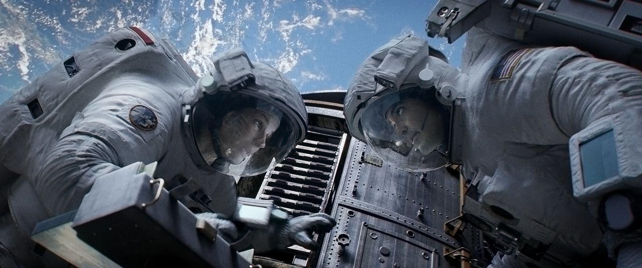 Nur durch ein dünnes Kabel verbunden, mit kaum Sauerstoff und keiner Aussicht auf Rettung, treiben Biomedizinerin Ryan (Sandra Bullock, l.) und der... - Bildquelle: Warner Brothers
