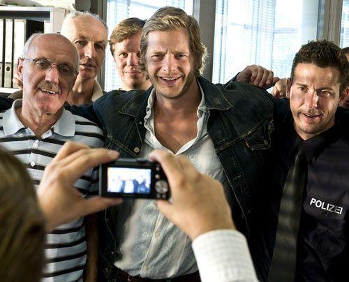 Gruppenbild mit alten Kollegen: Mick (Henning Baum) lässt sich ja gern ablichten - nur die neue Technik ist ihm völlig fremd... - Bildquelle: Martin Rottenkolber - Sat1