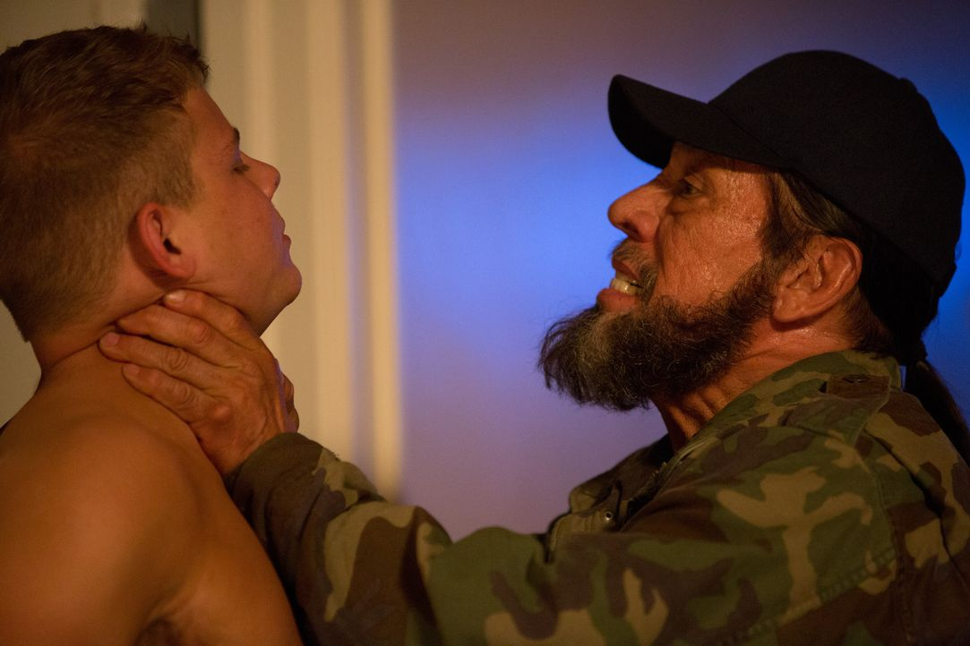 Früher spielte Vietnamveteran Frank Vega (Danny Trejo, r.) gerne mit Barbiepuppen, heute liebend gerne mit kriminellen Elementen - sehr zum Leidwese... - Bildquelle: 2013 Lazer Nitrate, LLC.  All rights reserved.