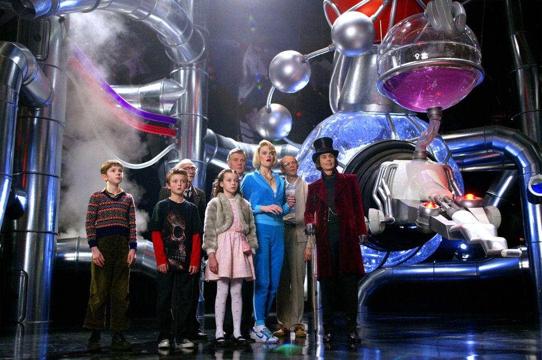 Der Schokoladenfabrikant Willy Wonka (Johnny Depp, r.) verschenkt fünf Tickets für eine Führung durch seine Fabrik. Bei der Besichtigung erleben die... - Bildquelle: Warner Bros. Pictures