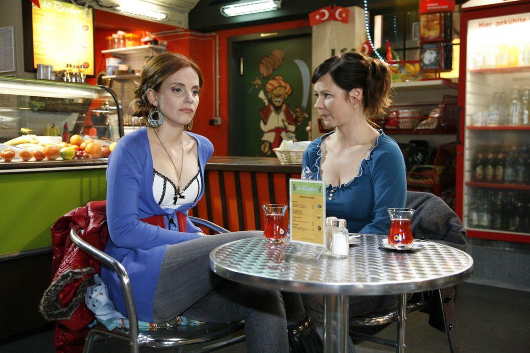 Manu (Marie Zielcke, l.) bekommt Zweifel, ob es richtig war, Mark wegzuschicken und hofft auf Rat von Eva (Anett Heilfort, r.) ... - Bildquelle: SAT.1