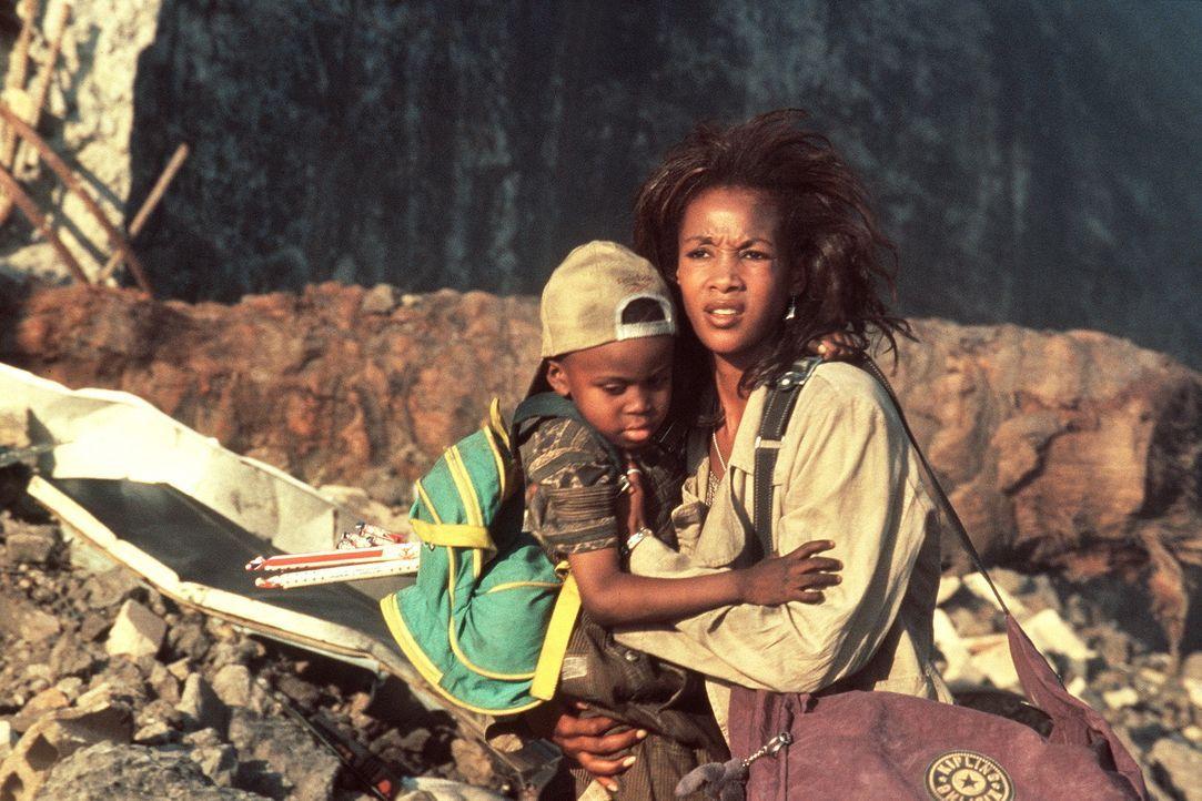 Nur durch einen glücklichen Zufall kann Jasmine (Vivicia A. Fox, r.) mit ihrem Sohn Dylan (Ross Bagley, l.) dem Inferno in L.A.entkommen. Am Ende i... - Bildquelle: 20th Century Fox Film Corporation