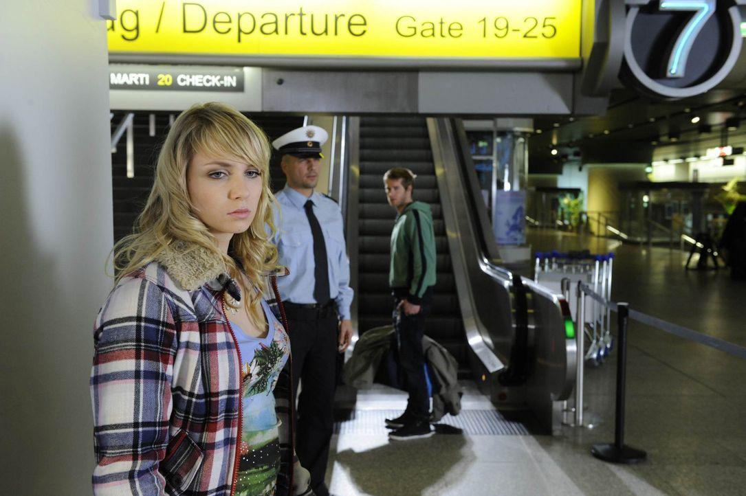 Schockiert muss Jojo (Bernhard Bozian, r.) erkennen, dass Lily (Jil Funke, l.) nie vorhatte, mit ihm nach Brasilien zu flüchten ... - Bildquelle: SAT.1