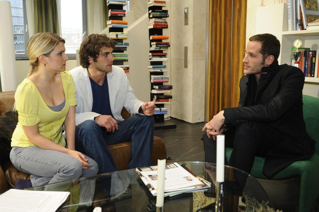 Anna (Jeanette Biedermann, l.) und Jonas (Roy Peter Link, M.) können nicht glauben, dass David (Lee Rychter, r.) Alexanders Oktopus-Anteile gekauft... - Bildquelle: SAT.1