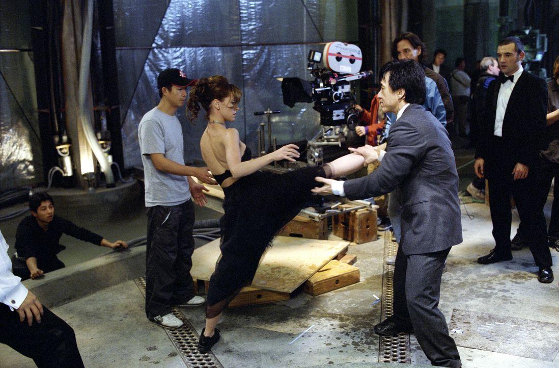 Drehpause: Immer wieder steht Jackie Chan (r.) seiner charmanten Filmpartnerin Jennifer Love Hewitt (l.) mit Tat und Rat zur Seite ... - Bildquelle: TM &   2002 DreamWorks LLC. All Rights Reserved
