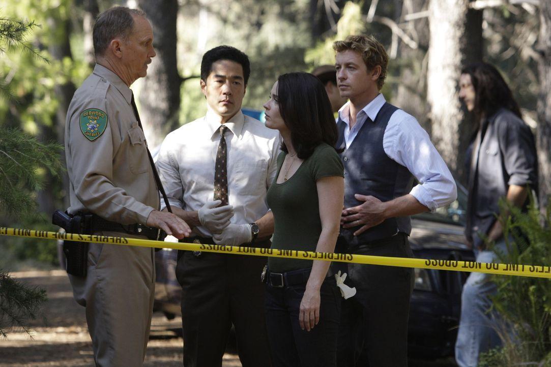 Ein Fall von zwei besten Freundinnen beschäftigt Kimball Cho (Tim Kang, 2.v.l.), Teresa Lisbon (Robin Tunney, M.), Patrick Jane (Simon Baker, 2.v.r... - Bildquelle: Warner Bros. Television